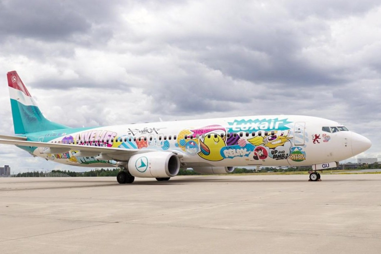 Le Boeing737-800 relooké a pris son envol samedi dernier pour Ajaccio – il portera l'œuvre de Sumo jusqu'en mars2021. (Photo: Luxair)