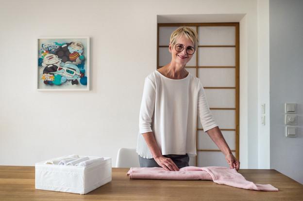 Karin Basenach fait une démonstration de la méthode KonMari pour plier les vêtements. (Photo: Mike Zenari/Maison Moderne)
