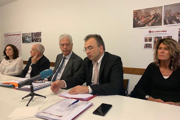 Miguel Vicente Nuñez (3e en partant de la gauche) et Sorin Cristescu (4e en partant de la gauche) exposent l'injustifiable inégalité de traitement dont sont victimes les fonctionnaires européens basés à Luxembourg. (Photo: Paperjam)