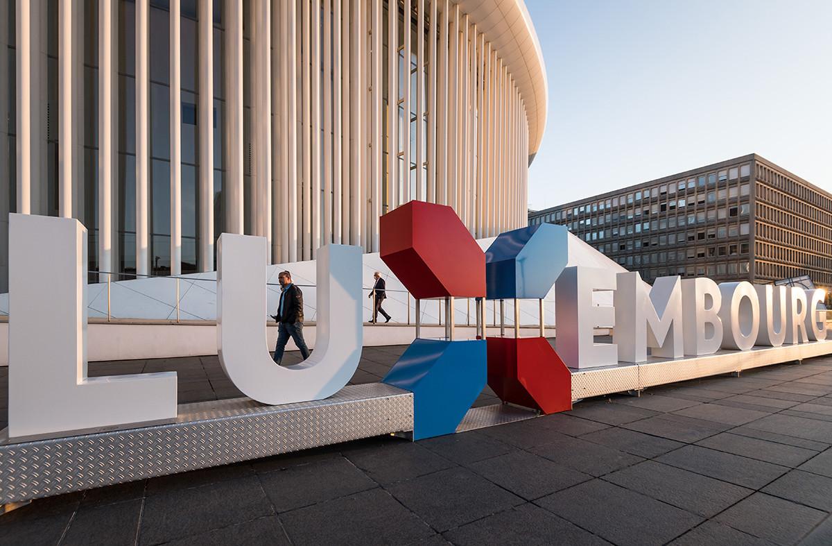 Le logo de la marque nationale luxembourgeoise exposé devant la Philharmonie, à l'occasion des Bauhärepräis 2020. (Photo: Nader Ghavami)