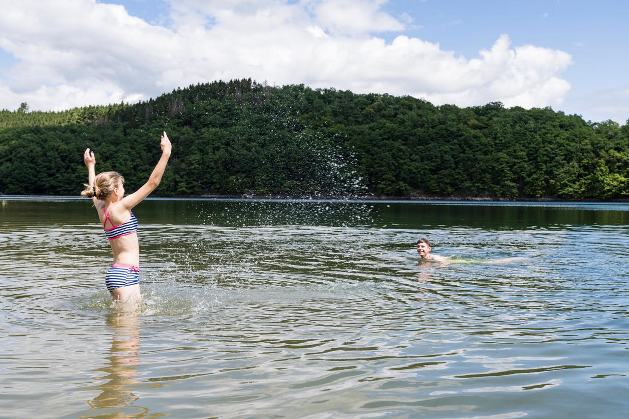 Children play in the Upper Sûre lake Photo: Caroline Martin / Caro-Line Photography