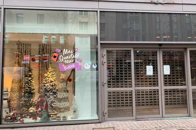 En attendant que le pop-up store de 200m 2  trouve preneur, la Ville de Luxembourg et l'UCVL ont demandé à la boutique du quartier Just Home de veiller à une décoration des vitrines. (Photo: Paperjam)
