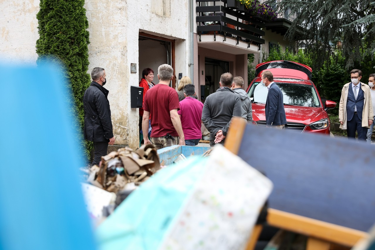 Luxembourg's Grand Duke Henri is pictured visiting a Vianden resident affected by flooding on 16 July 2021 Photo: Maison du Grand-Duc / Sophie Margue