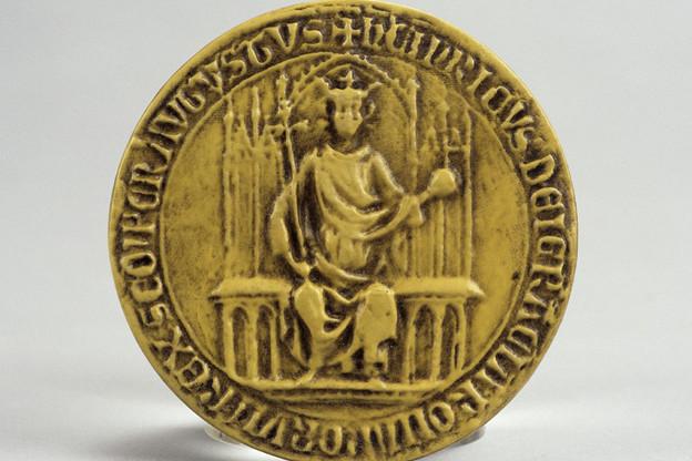 Sceau de l'empereur Henri VII, comte de Luxembourg. Reproduction en faïence. (Photo: Lëtzebuerg City Museum)