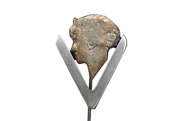 Le profil de la Grande-Duchesse Charlotte orne une épingle de la résistance avec le signe de la victoire, collection Lëtzebuerg City Museum. (Photo: Lëtzebuerg City Museum)