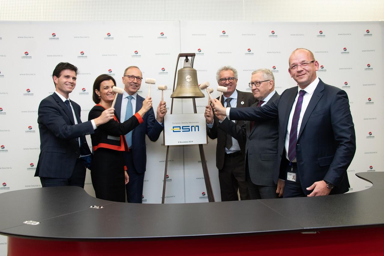 La cloche a été sonnée vendredi en présence de  Pierre  Schoonbroodt ( Bourse de Luxembourg ), Julie  Becker ( Bourse de Luxembourg ), Robert  Scharfe ( Bourse de Luxembourg ),  PierreGramegna (ministre des Finances),  Klaus  Regling ( C E O du MES) et  Siegfried  Ruhl ( head of funding du M E S ). (Photo: Bourse de Luxembourg)