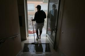 Les rez-de-chaussée et caves des habitations ont été les plus touchés. Les habitants tentaient de nettoyer avec les moyens du bord. ((Photo: Matic Zorman / Maison Moderne))