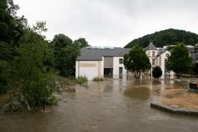 Près du parc Laval, on constate les dégâts et la montée des eaux. ((Photo: Matic Zorman / Maison Moderne))