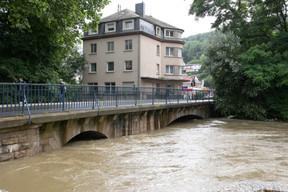 Le pont au-dessus de l'Alzette situé rue Munchen-Tesch témoigne du niveau de la rivière. ((Photo: Matic Zorman / Maison Moderne))