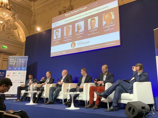 Le CEO de Clearstream, Stephan Leithner (ici avec le micro), et le CEO de Tokeny (4e à partir de la gauche) ont vanté les charmes du Luxembourg dans les problématiques liées à la blockchain et aux assets digitaux. (Photo: Paperjam)