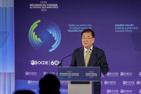 Chung Eui-yong, Deputy Prime Minister of the Republic of Korea SIP/LUC DEFLORENNE