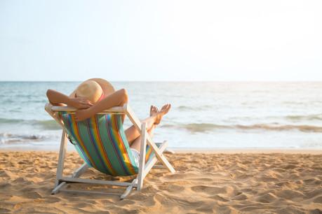 Transats, sable et parasols seront installés place du Théâtre cet été. (Photo: Shutterstock)
