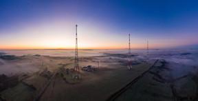 Antennes – Par-delà la brume et les nuages, les poteaux de l'émetteur de Junglinster se dressent dans une atmosphère irréelle. ((Photo: John Oesch))