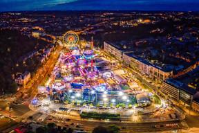 Lumières – La nuit tombée, les attractions de la Schueberfouer illuminent la ville et répondent aux guirlandes scintillantes des phares de voitures. ((Photo: John Oesch))