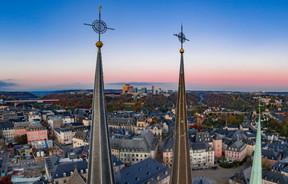 Contraste – Depuis les cloches de Notre-Dame, les toits de la ville haute et du palais grand-ducal contrastent avec la modernité du Kirchberg en arrière-plan. ((Photo: John Oesch))