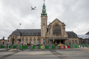 Seul un avion survolant la gare trouble le calme d'un premier week-end de confinement.  ((Photo: Matic Zorman))