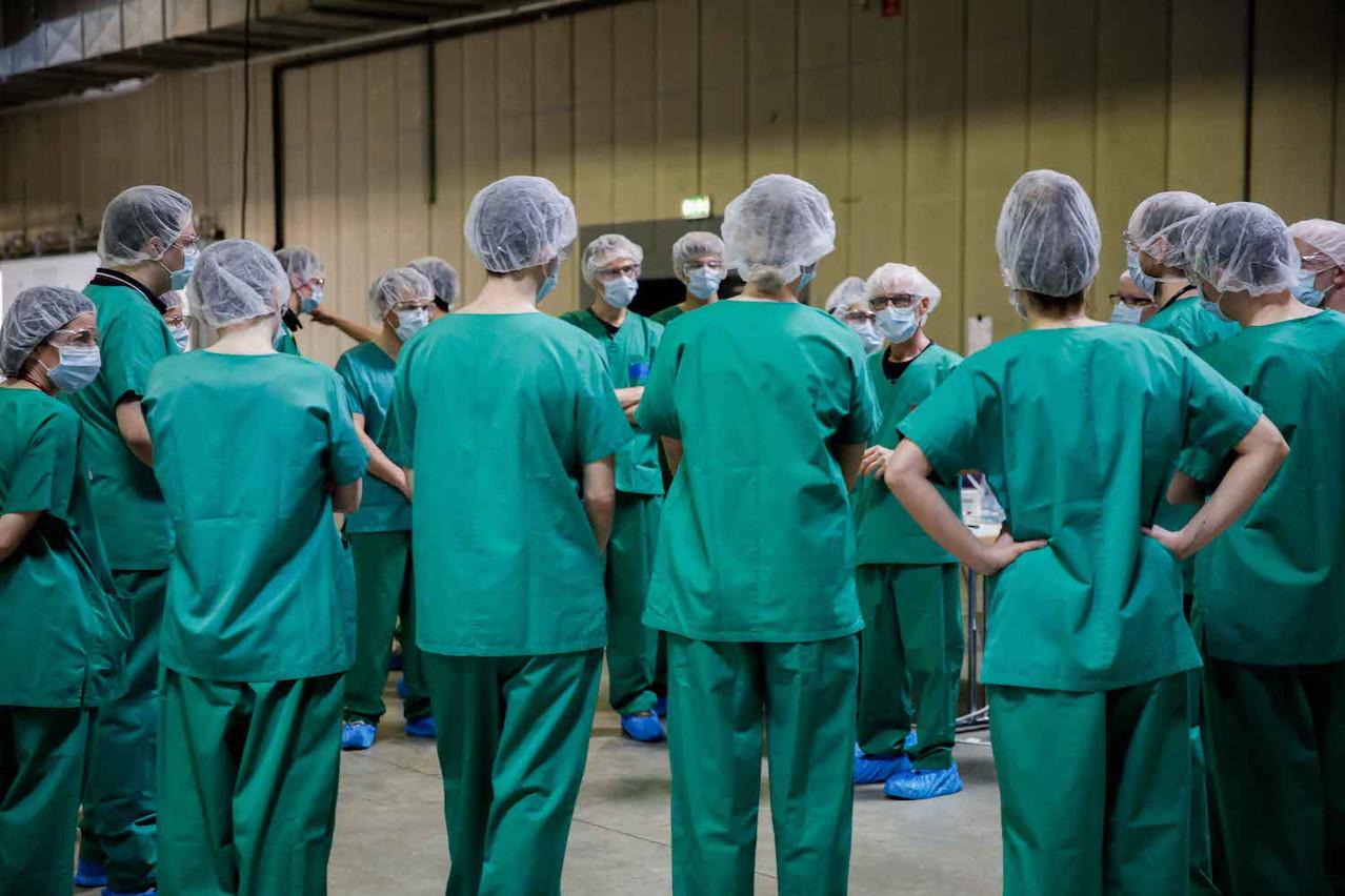 14heures, c'est l'heure du briefing par le responsable médical du Centre de soins avancés de Luxexpo The Box. Face à des volontaires, il faut s'assurer que tout le monde a bien les consignes en tête. La guerre contre le virus se gagne là. (Photo: Romain Gamba)