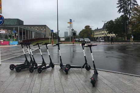 Dans un communiqué de presse, la Ville précise qu'elle «se réserve le droit de faire enlever tous les véhicules qui encombreraient l'espace public ou qui constitueraient un danger pour les autres usagers de la voie publique, plus particulièrement pour les piétons ou les personnes à mobilité réduite.» (Photo: Mike Zenari/archives)