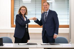 La directrice générale du Groupe Nuxe, MurielKoch, a signé un partenariat de 834.000 euros avec ThomasKallstenius, CEO du List. (Photo: GuyWolff/Maison Moderne)