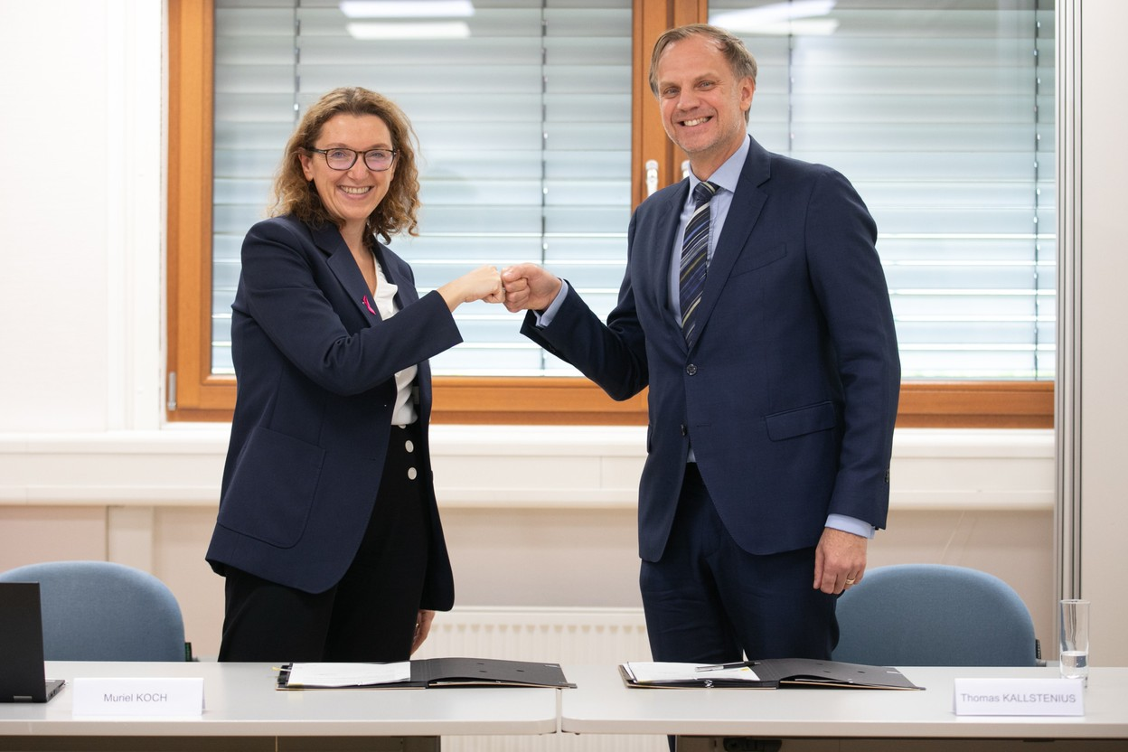 Nuxe Group Managing Director Muriel Koch signed the €834,000 partnership with Thomas Kallstenius, CEO of LIST. (Photo: Guy Wolff/Maison Moderne)