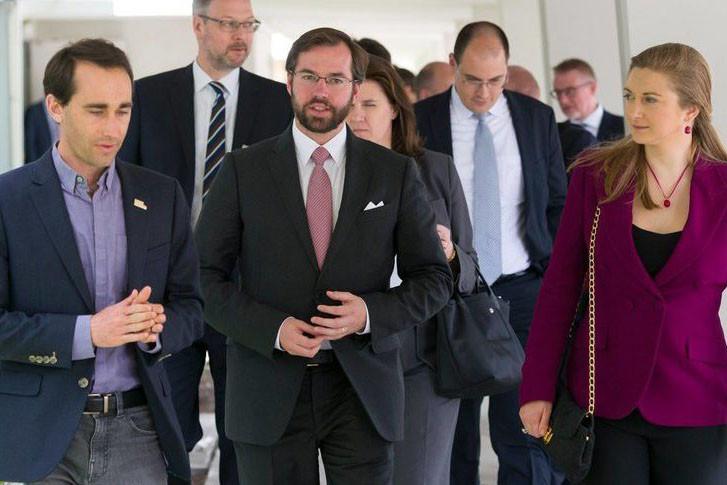 Le CEO de Made in Space, Jason Dunn, et le couple héritier grand-ducal, à l'occasion de la visite luxembourgeoise des installations américaines de la société. (Photo: SIP/Jean-Christophe Verhaegen)