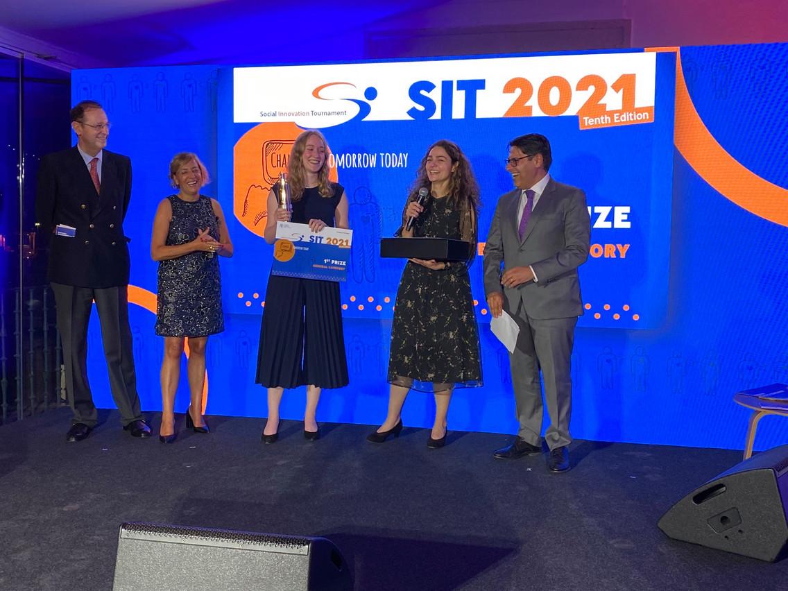 Tahereh Pazouki (2e à partir de la droite) et Elisabeth Martin (3e) ont remporté la 10e édition du Concours de l'innovation sociale pour leur solution d'apprentissage des mathématiques. (Photo: BEI)
