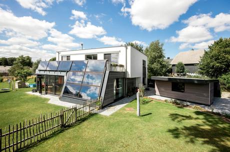 L'utilisation de grandes baies vitrées en façade permet en outre de récupérer des calories supplémentaires, qui permettent de chauffer le bâtiment. Crédit Architecture Zone