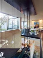 À l'étage, un bureau est aménagé et est en liaison visuelle avec un patio haut. ((Photo: Andrés Lejona))