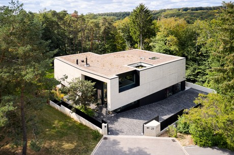 La maison présente une forme compacte, fermée côté rue. (Photo: Andrés Lejona)