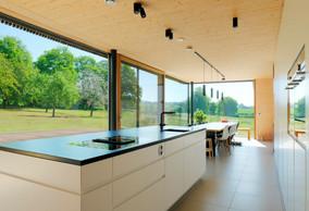 Depuis l'espace de la cuisine, la vue s'ouvre sur le jardin et ses arbres. ((Photo: Morph4))