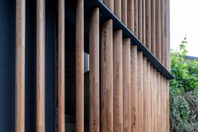 Détail de la façade en lamelles de bois. ((Photo: Eric Chenal))