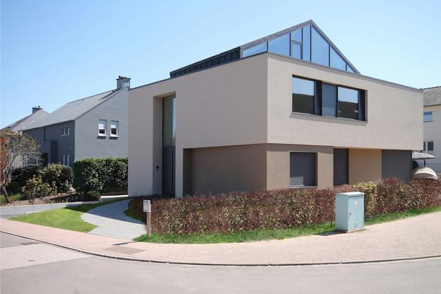 La maison se distingue par son étage en retrait traité avec un pignon en verre. (Photo: Morph4)