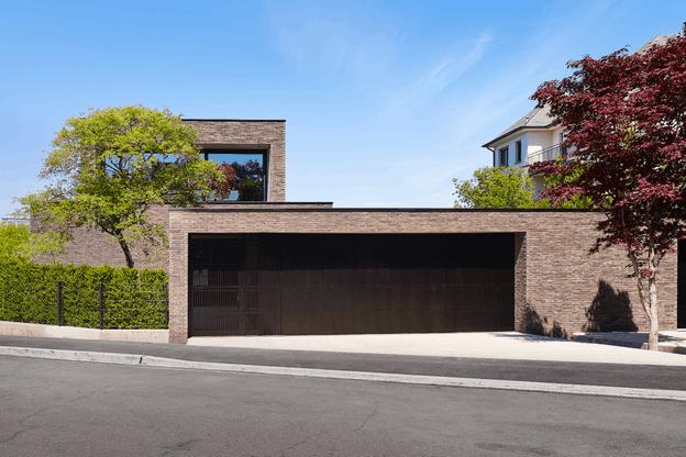 La façade de la maison est sobre et élégante, avec un parachèvement en briques fines. (Photo: Lukas Roth)