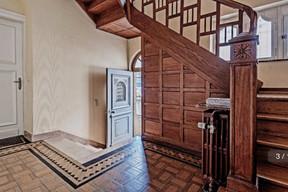 L'escalier central, pièce maîtresse de la maison de ville des années1920, avant les travaux de restauration. ((Photo: Aatika Hayat))