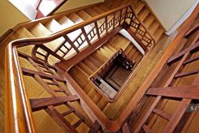 L'escalier central, une pièce maîtresse de la maison de ville des années1920, avant les travaux de restauration. ((Photo: Aatika Hayat))