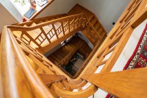 L'escalier central, une pièce maîtresse de la maison de ville des années1920, après la fin des travaux de rénovation, en avril2021. ((Photo: Aatika Hayat))