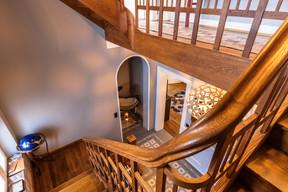 L'escalier central, pièce maîtresse de la maison de ville des années1920, après la fin des travaux de rénovation, en avril2021. ((Photo: Aatika Hayat))