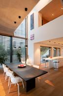 Dans la pièce à vivre, la double hauteur sous plafond apporte beaucoup de lumière. ((Photo: Julien Swol))