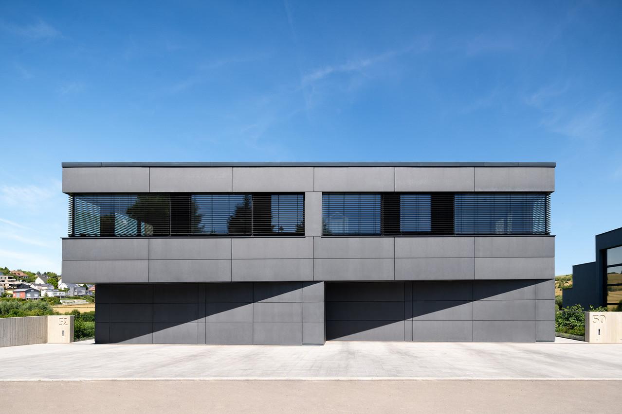 Une écriture sobre et linéaire pour ces maisons jumelées conçues par G+P Muller. (Photo: Julien Swol)