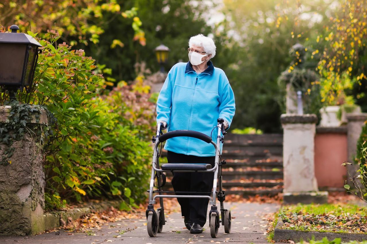 Les établissements pour personnes âgées se déconfinent progressivement. Ils permettent de nouveau les sorties depuis quelques semaines et les visites dans leurs jardins. (Photo: Shutterstock)