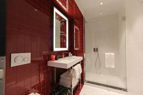 Pas de baignoire, mais de confortables douches. ((Photo: Romain Gamba / Maison Moderne))