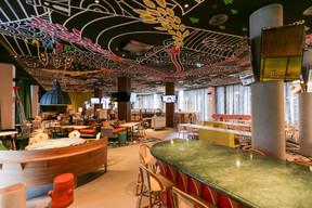 La vaste salle de restaurant est organisée en différentes ambiances, unies par un plafond peint réalisé par Beni Lloyds. ((Photo: Romain Gamba / Maison Moderne))