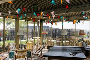 Le rooftop propose une ambiance décontractée avec vue sur la Cour de justice de l'Union européenne. ((Photo: Romain Gamba / Maison Moderne))