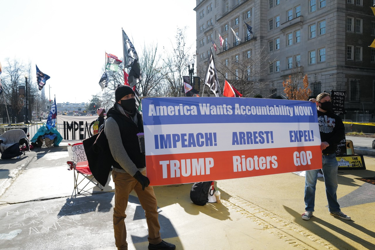 À une semaine de la prestation de serment de Joe Biden, la tension monte dans les rues de Washington, où les supporters et opposants de Donald Trump manifestent, tandis que les commerces se barricadent dans la crainte de violences. (Photo: Shutterstock)