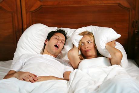 Au Luxembourg, les hommes ronflent presque toujours plus que les femmes, jusqu'à 2 heures par nuit à 70 ans. Sauf à la cinquantaine, où les femmes les devancent de quelques minutes par nuit. (Photo: Shutterstock)