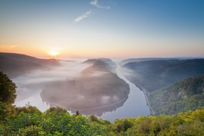 La vue la plus belle et la plus connue de la boucle de la Sarre se trouve au point de vue «Cloef», à 180mètres au-dessus de la rivière, dans le district d'Orscholz. ((Photo: Eike Dubois))