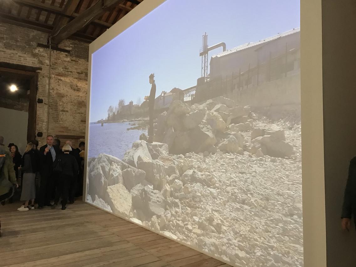 La vidéo «Left to Their Own Faith (Odyssey)» accueille les visiteurs à l'entrée de l'exposition. (Photo: Paperjam)