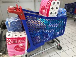 L'eau, le papier-toilette et les couches pour bébé remplissent certains chariots. (Paperjam)