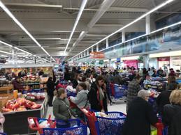 Le supermarché Cora de Foetz ne désemplit pas. (Paperjam)