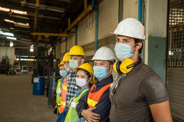 Pour certains métiers, le port du masque est une contrainte difficile à assumer sur une longue durée. Pour les syndicats, la protection contre le Covid ne doit pas être source d'autres dangers pour les travailleurs. (Photo: Shutterstock)